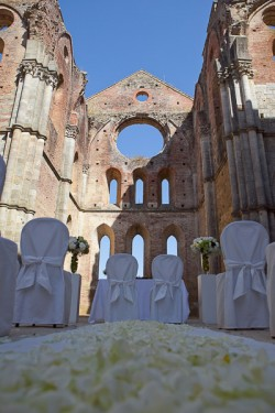 summer wedding in San Galgano Abbey