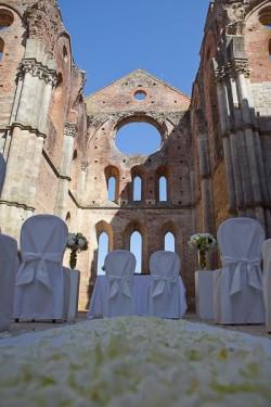 summer wedding in San Galgano Abbey